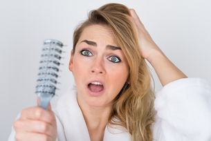 Worried Woman Looking At Combの写真素材 [FYI00637241]