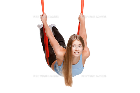 Young woman doing anti-gravity aerial yogaの写真素材 [FYI00637296]