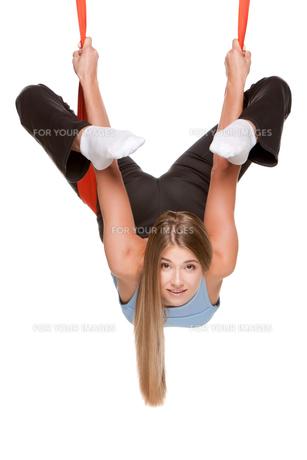 Young woman doing anti-gravity aerial yogaの写真素材 [FYI00637297]