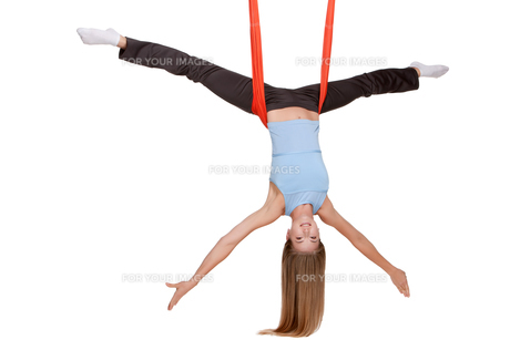 Young woman making antigravity yoga exercises in stretching twineの写真素材 [FYI00637300]