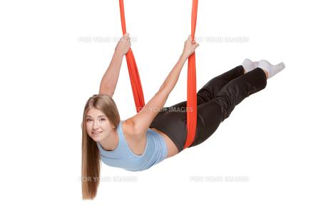 Young woman doing anti-gravity aerial yogaの写真素材 [FYI00637301]