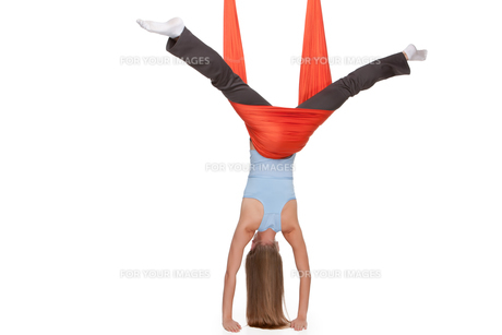 Young woman making antigravity yoga exercises in stretching twineの写真素材 [FYI00637302]