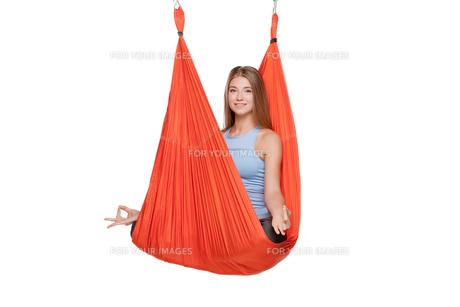 Young woman doing anti-gravity aerial yogaの写真素材 [FYI00637304]