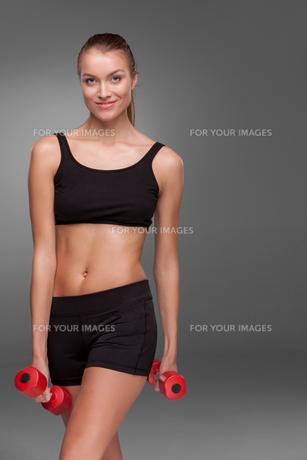 Sporty woman doing aerobic exerciseの写真素材 [FYI00637315]