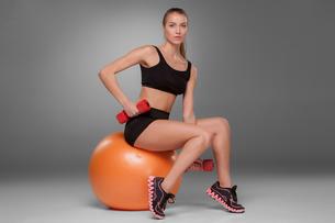 Sporty woman doing aerobic exerciseの写真素材 [FYI00637319]