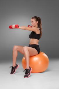 Sporty woman doing aerobic exerciseの写真素材 [FYI00637325]