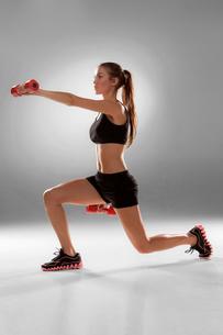Sporty woman doing aerobic exerciseの写真素材 [FYI00637329]
