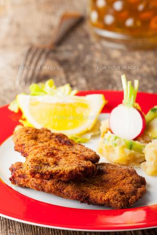 wiener schnitzel and potato saladの写真素材 [FYI00637478]