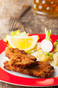 wiener schnitzel and potato saladの写真素材 [FYI00637478]