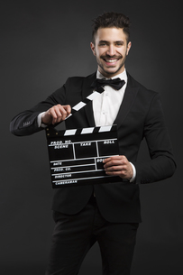 Man holding a clapboardの写真素材 [FYI00637545]