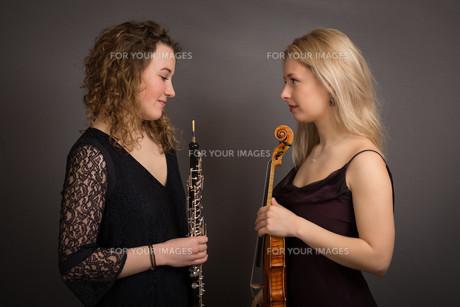 Shy Female Musicians Formally Dressedの写真素材 [FYI00637738]