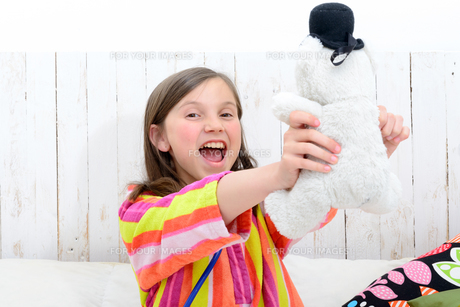 a  little girl playing with her teddyの素材 [FYI00637747]