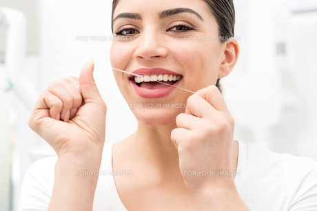 Floss its help me to care my teeth.の素材 [FYI00637865]