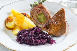 roulades of beef with potatoes and red cabbageの写真素材 [FYI00637971]
