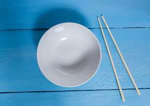 bowl with chopsticks on blue wood in bird'sの写真素材 [FYI00638005]