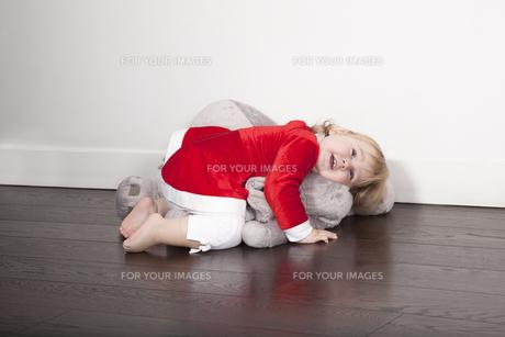 baby santa claus embraced plush dollの写真素材 [FYI00638024]