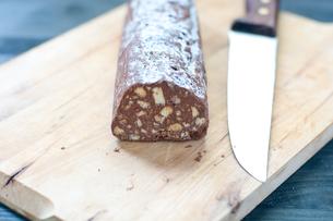 Chocolate salami with dark chocolate and hazelnut butterの写真素材 [FYI00638046]