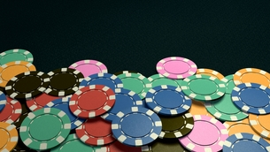 casino chips show hand dark backgroundの写真素材 [FYI00638055]