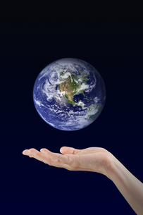 Woman hand holding Earth planet, Elements of this image furnished by NASAの写真素材 [FYI00638350]