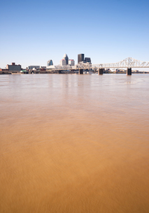 Muddy Ohio River After Flooding Vertical Skyline Louisville Kentuckyの写真素材 [FYI00638413]