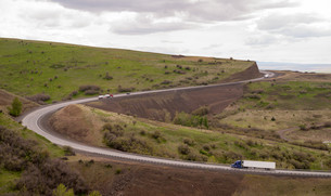 Open Road Semi Trucks Travel Curved Highway Oregon Countrysideの写真素材 [FYI00638414]