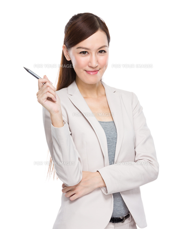 Businesswoman with pen upの写真素材 [FYI00638528]