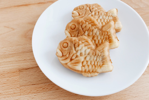 Japanese confectionery taiyaki fish cake wagashi on plate on tableの写真素材 [FYI00638672]