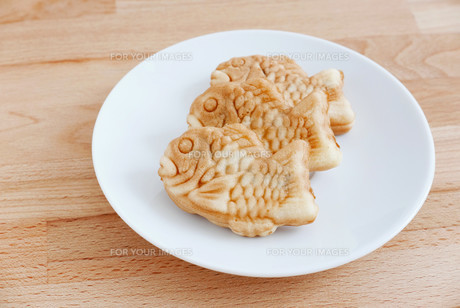 Taiyaki of japanese traditional baked sweets on wooden tableの写真素材 [FYI00638673]