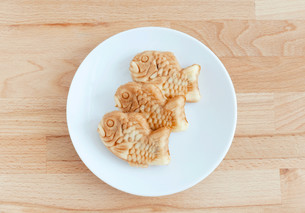 Taiyaki of japanese traditional baked sweets on wooden tableの写真素材 [FYI00638675]