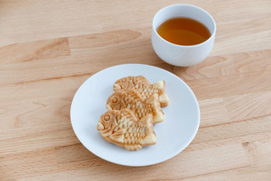 Japanese confectionery taiyaki fish cake wagashi on plate with teaの写真素材 [FYI00638680]