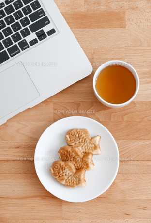 Computer pc with japanese snack and teaの写真素材 [FYI00638682]