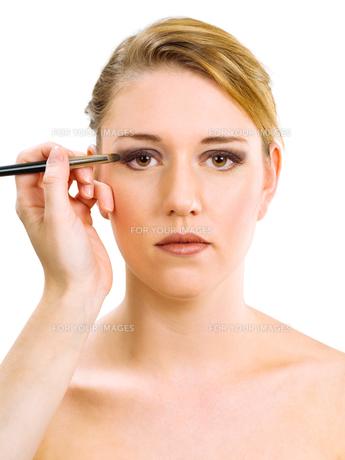 Applying makeup on beautiful modelの写真素材 [FYI00638767]