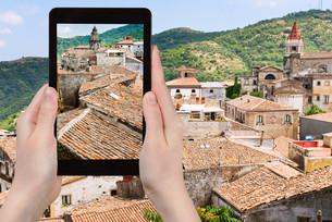photo of old houses in Castiglione di Siciliaの写真素材 [FYI00638783]