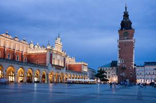 Main Market Square at Night in Krakowの写真素材 [FYI00638797]