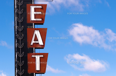 Neon Eat Sign Advertising Food Route 66 Retro Signboardの写真素材 [FYI00639085]