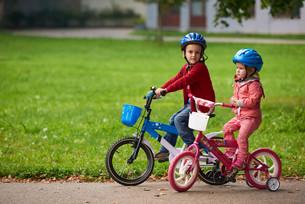 boy and girl with bicycleの素材 [FYI00639155]