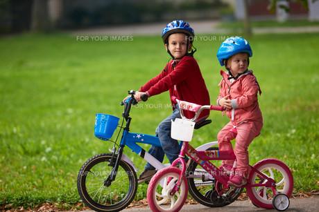 boy and girl with bicycleの素材 [FYI00639157]