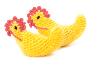 Two yellow knitted easter chicken isolated on white backgroundの写真素材 [FYI00639288]
