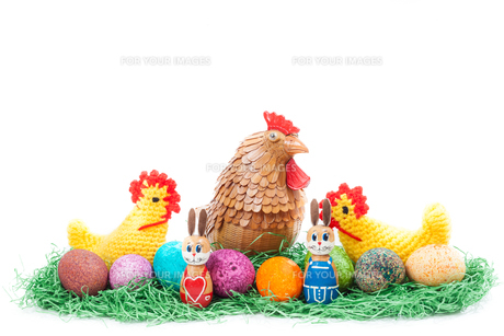 Colorful easter nest with chick, hen and bunniesの写真素材 [FYI00639289]