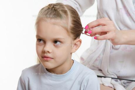 Mom braids hair six-year daughterの素材 [FYI00639416]