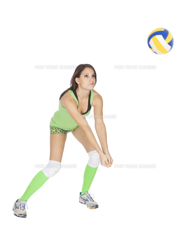 Caucasian woman hitting the ball playing volleyballの素材 [FYI00639693]