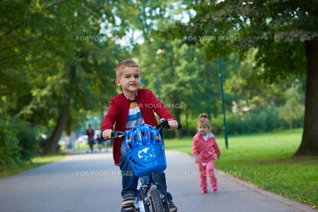 boy and girl with bicycleの素材 [FYI00639777]