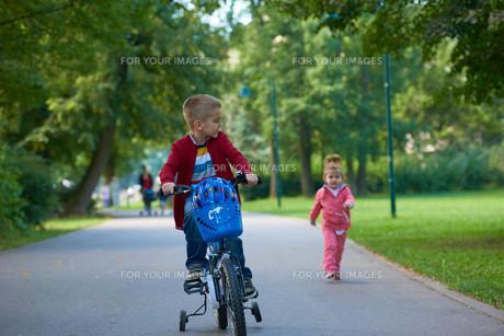 boy and girl with bicycleの素材 [FYI00639778]