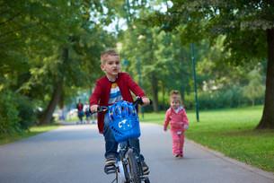 boy and girl with bicycleの素材 [FYI00639779]