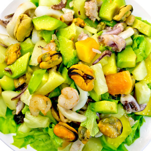 Salad seafood and avocado on topの写真素材 [FYI00639877]