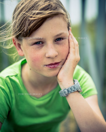Beautiful Young Girl Sitting In The Wind Outsideの写真素材 [FYI00639887]