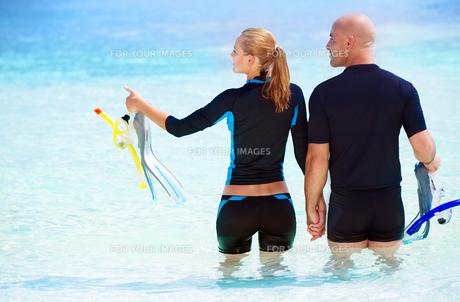 Happy diver on the beachの素材 [FYI00639966]