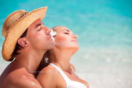 Portrait of lovers on the beachの素材 [FYI00639968]