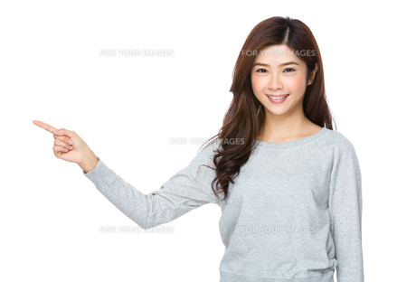 Beautiful young girl pointing copy spaceの写真素材 [FYI00640130]