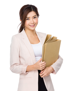 Beautiful young business woman holding document workの写真素材 [FYI00640149]